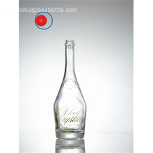 Botella de vodka brillante con forma de hombro inclinado